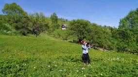 Женщина идя, весенний день фотографа в лесе сток-видео
