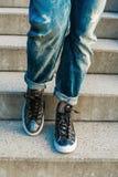 Женщина идя вниз с лестниц Стоковые Фото