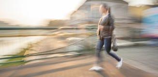 Женщина идя вниз с улицы Стоковые Фотографии RF