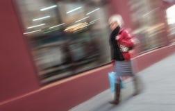 Женщина идя вниз с улицы Стоковые Изображения RF