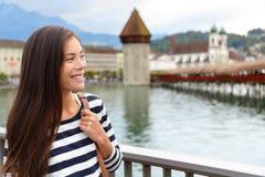 Женщина идя в город Люцерна в Швейцарии Стоковые Фото