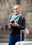 Женщина идя в город осени с цифровой фотокамера Стоковые Изображения