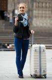 Женщина идя в город осени с цифровой фотокамера Стоковая Фотография RF