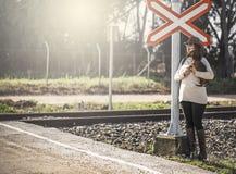 Женщина идя вдоль железной дороги с собакой Стоковое Фото