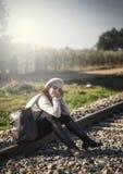 Женщина идя вдоль железной дороги Стоковая Фотография RF