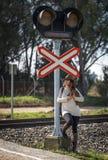 Женщина идя вдоль железной дороги Стоковое Изображение RF