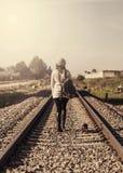 Женщина идя вдоль железной дороги Стоковые Изображения RF