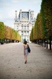 Женщина идя в сад Тюильри в Париже стоковые изображения rf