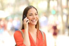 Женщина идя и говоря на телефоне Стоковое Изображение RF