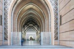 Женщина идя к мечети помолить Стоковая Фотография RF