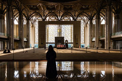 Женщина идя к мечети помолить Стоковые Фото