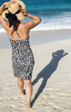 Женщина идя к морю стоковое изображение