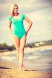 Женщина идя на купальник пляжа нося Стоковые Фото