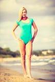Женщина идя на купальник пляжа нося Стоковые Изображения RF