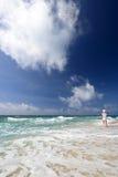 Женщина идя на пляж стоковые изображения