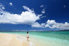 Женщина идя на пляж стоковая фотография rf