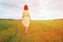 Женщина идя на луг лета Стоковые Изображения