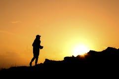 Женщина идя на холм Стоковая Фотография