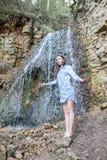 Женщина идя около водопадов горы стоковые изображения rf