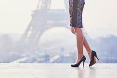 Женщина идя около Эйфелевой башни Стоковая Фотография RF