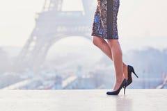 Женщина идя около Эйфелевой башни Стоковое фото RF