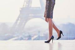 Женщина идя около Эйфелевой башни Стоковая Фотография
