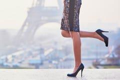Женщина идя около Эйфелевой башни Стоковые Фотографии RF