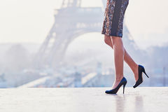 Женщина идя около Эйфелевой башни Стоковые Изображения RF