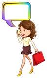 Женщина идя пока на телефоне Стоковые Изображения RF