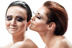 Женщина идя расцеловать ее подругу Стоковое Изображение
