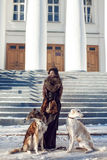 Женщина идя собака на улице в зиме Стоковое фото RF