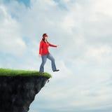 Женщина идя с скалы стоковые изображения