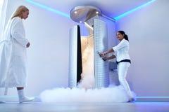 Женщина идя для всего тела cryotherapy Стоковые Фотографии RF