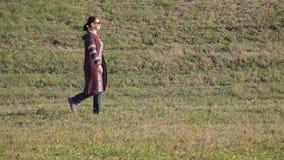 Женщина идя outdoors - отслеживать съемку сток-видео