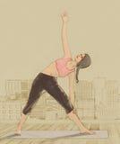 Женщина йоги делая представления на крышу города Стоковые Фотографии RF