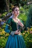Женщина как принцесса в винтажном платье в fairy парке стоковые фото