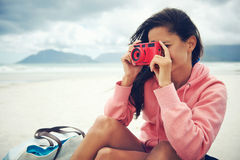Женщина камеры Lomo стоковое изображение