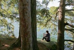 женщина каникулы чтения озера Стоковая Фотография