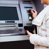 женщина карточки изолированная кредитом белая Стоковая Фотография