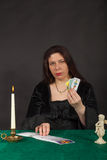 Женщина карточки tarot чтения Стоковое Изображение RF