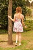 Женщина касается дереву Стоковые Фото