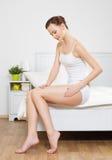 Женщина касатьясь ее ровной вальме здоровья Стоковая Фотография