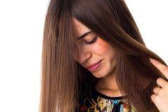 Женщина касаясь ее длинним волосам Стоковое Фото