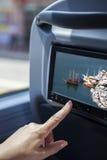 Женщина касаясь экрану lcd на шине Стоковые Фото