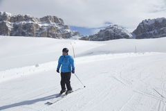 Женщина катается на лыжах Стоковая Фотография