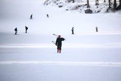 женщина катания на лыжах Стоковая Фотография
