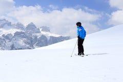 Женщина катания на лыжах стоковые фотографии rf