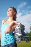 Женщина кататься на коньках Rollerblade/ролика стоковое фото
