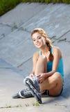 Женщина кататься на коньках Rollerblade/ролика стоковое фото rf