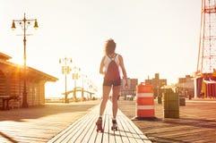 Женщина катаясь на коньках на дороге Стоковые Изображения RF